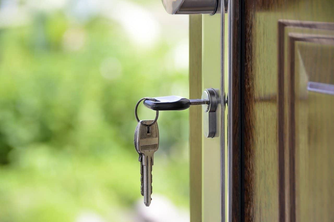 מפתחות על דלת כניסה לבית אחרי השקעת נדל